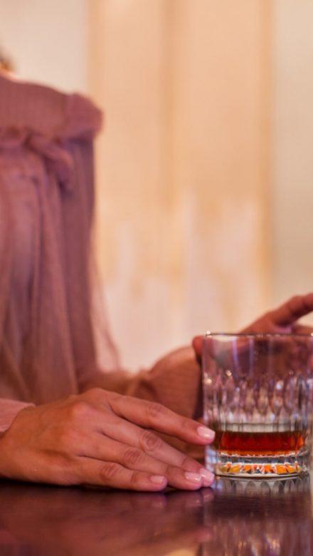 Frau mit Havana Club Rum Glas