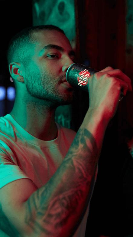 Mann trinkt Havana Club und Lime Dose