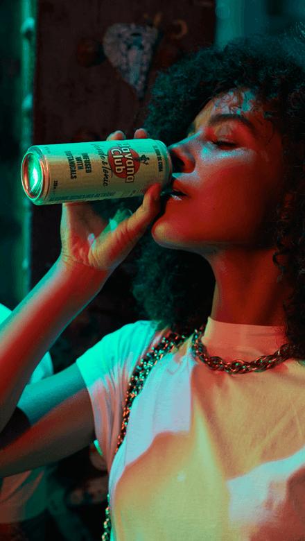 Frau trinkt Havana Club Verde Rum und Tonic Water in Dose